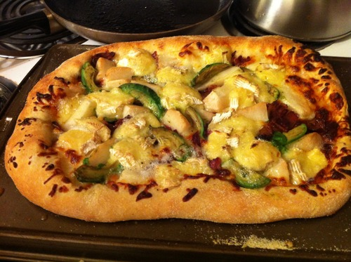 Baconbrie_avacado_pear_pizza